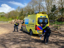 De eerste opgeroepen ambulance wordt los geschept door politieagenten.