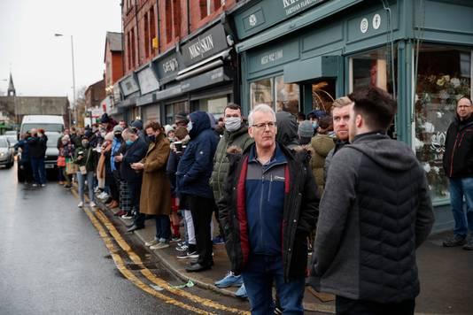 Honderden fans verzamelden voor de wedstrijd buiten Rossett Park Stadium in Crosby, Liverpool.