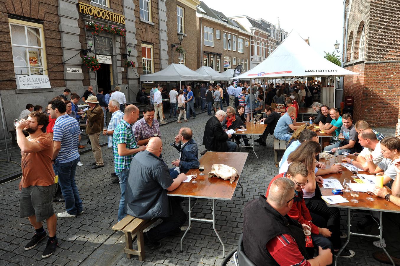 Bier proeven in Bergen op Zoom: ook in 2014 genoten bezoekers van de drankjes in en om het Provoosthuis.