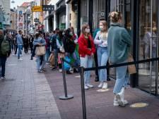 Volle straten en lange rijen op eerste dag dat er weer vrijuit kan worden gewinkeld: 'Voelt toch een beetje dubbel'