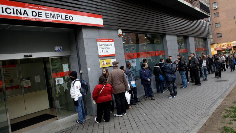 Spanjaarden staan in de rij bij een uitzendbureau in Madrid. Beeld AP