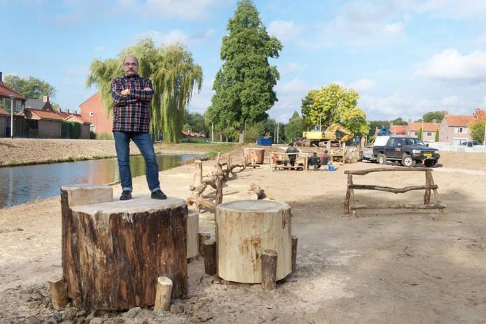 Jan Speijers op de ecologische zone met klauterstammen. Foto Marc Pluim