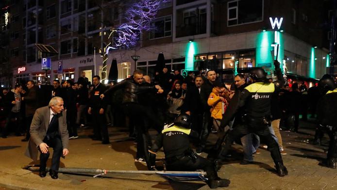 Foto van de demonstratie van Turkse Nederlanders in Rotterdam, een dag eerder.