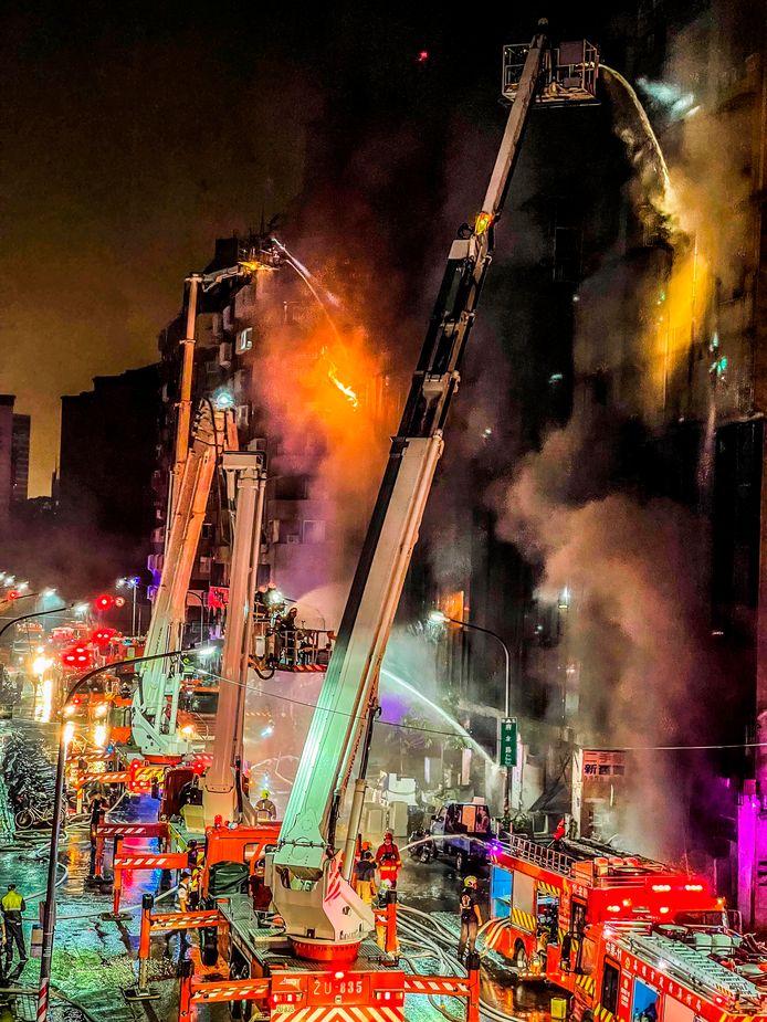 De brandweer blust een brand in een Taiwanese wolkenkrabber. Bij de brand zijn maar liefst 46 mensen om het leven gekomen en meer dan 50 mensen gewond geraakt.