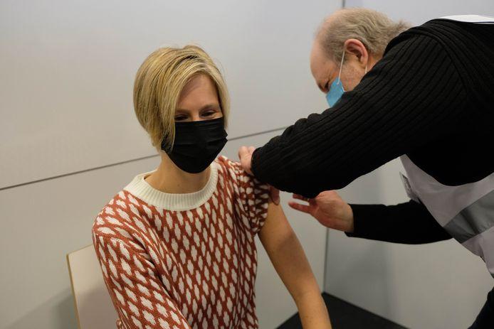 Kathy Winckelmans krijgt haar eerste coronavaccin.