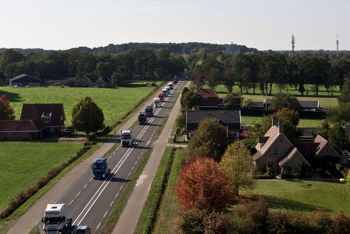Een imposante colonne, begeleid door motorrijders en politie, trekt door de Hof van Twente.