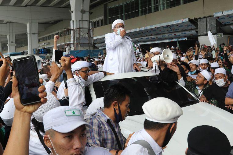 FPI-leider Rizieq Shihab vorig maand bij zijn aankomst op de luchthaven van Jakarta. Beeld EPA