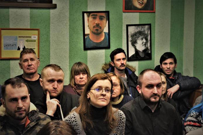 Deze Wit-Russen volgen de taalles van docente Galina Aksjonova. Ze leren er geen Duits, Frans of Engels maar hun eigen moedertaal, die nog maar door 10 procent van de bevolking wordt gesproken.