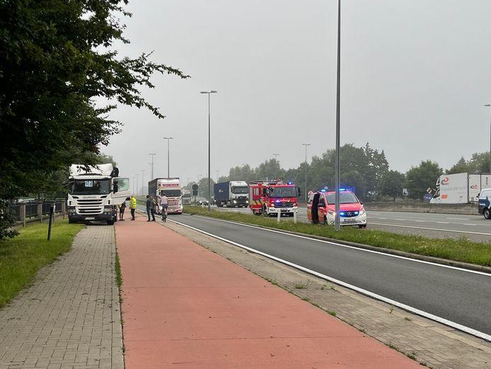 De vrachtwagen werd uiteindelijk op de parallelweg geparkeerd.