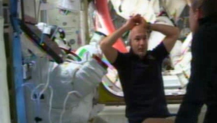 De Italiaanse astronaut Luca Parmitano in het ISS nadat zijn helm werd verwijderd. Beeld AFP