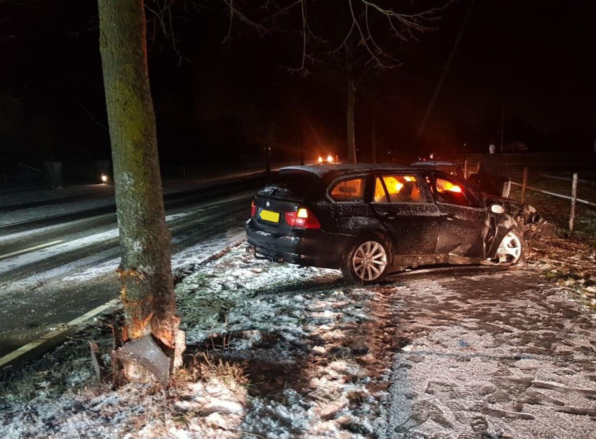 De BMW botste tegen een boom langs de besneeuwde Doetinchemseweg richting Kilder.