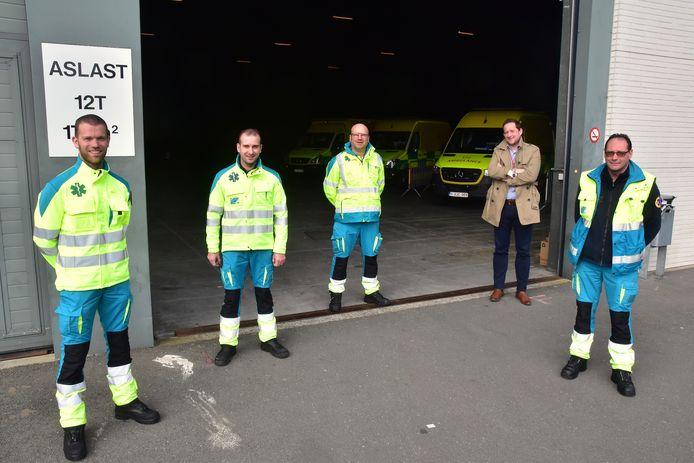 Ambulanciers (vlnr) Pieter-Jan Vancraeynest, Jonas Lapauw, Alain Devos en Pedro Coppens, samen met Lander Mestdagh van Kortrijk Xpo, aan de ingang van Hal 4 waar de ziekenwagens van de brandweerpost Kortrijk gestald staan.