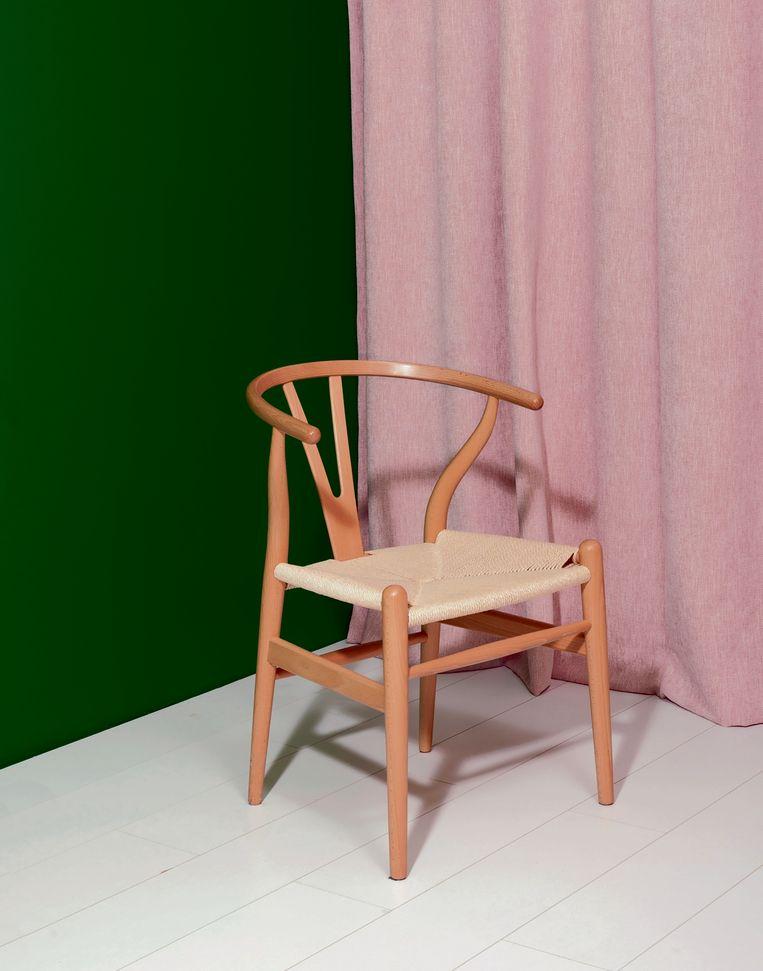 Om achter de verschillen te komen, neem ik ietwat beschaamd mijn stoel mee naar een meubelzaak voor een vergelijkend warenonderzoek.  'Ik zie het meteen', zegt een verkoper. Beeld Krista Van Der Niet