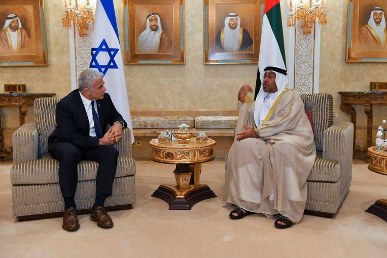De Israëlische minister van Buitenlandse Zaken Yair Lapid naast zijn collega van de Verenigde Arabische Emiraten Ahmed Ali Al Sayegh.  Beeld VIA REUTERS