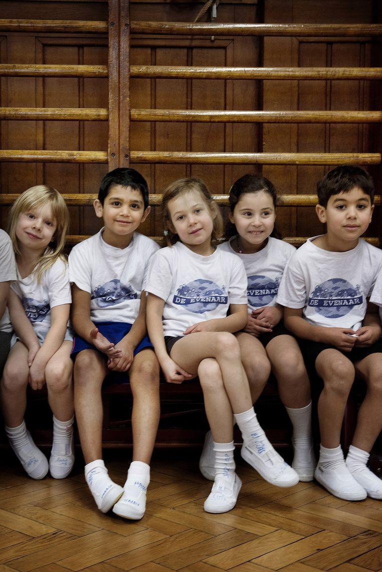 Kinderen van verschillende origine in de turnles.