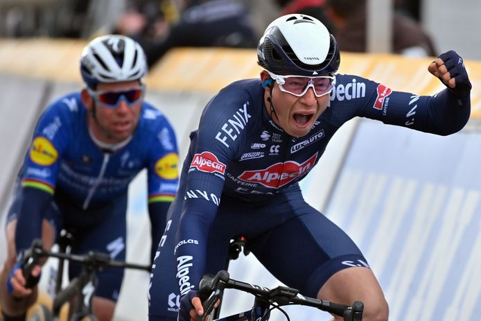Jasper Philipsen klopt onder anderen Mark Cavendish (links) in de sprint.