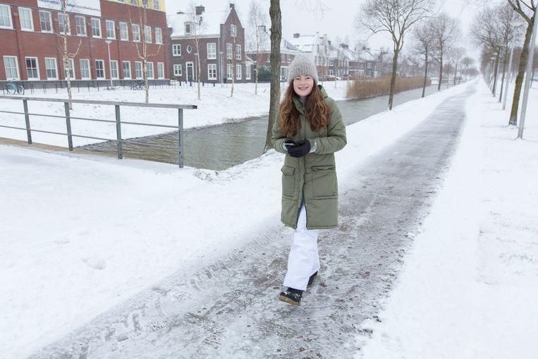 Sophie (14) onderweg door Vleuten voor haar gymopdracht. Beeld Jörgen Caris