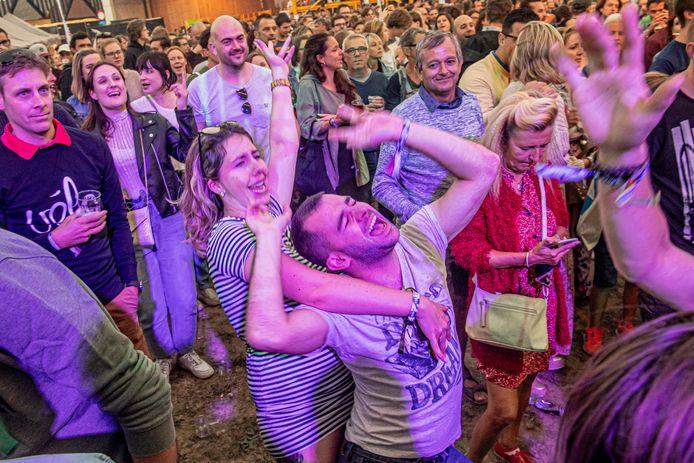 Voluit uit de bol gaan zoals hier tijdens het optreden van Ertebrekers tijdenshet Trax Festival in 2019 zit er nog niet direct in. Maar Stad Roeselare wil een veilige heropstart van het uitgangs- en verenigingsleven nu al een duw in de rug geven.
