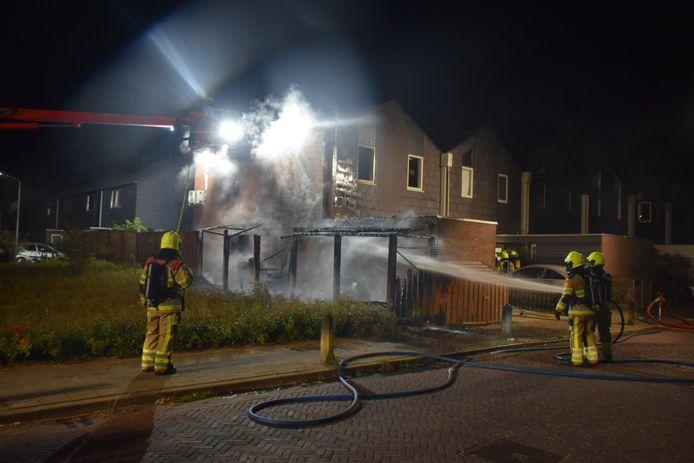 De schade aan de woning is groot na de brand.