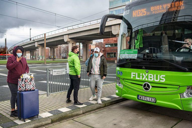 Reizigers met een Flexbus uit Polen arriveren op station Sloterdijk. Beeld Guus Dubbelman / de Volkskrant