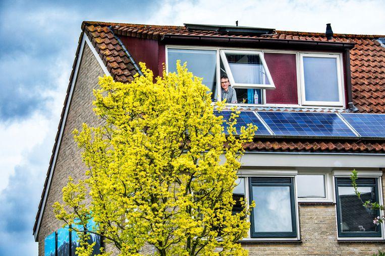 Arjen Bezemer is met zijn huis in Overvecht-Noord al flink milieubewust bezig, maar van het gas af gaan zal nog een extra investering vergen. Beeld Raymond Rutting / de Volkskrant