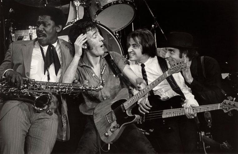 Bruce Springsteen tijdens de 'The River'-tour van 1980 en '81, samen met leden van zijn E Street Band (v.l.n.r) Clarence Clemons, Garry Tallent en Steven Van Zandt. Beeld Corbis via Getty Images