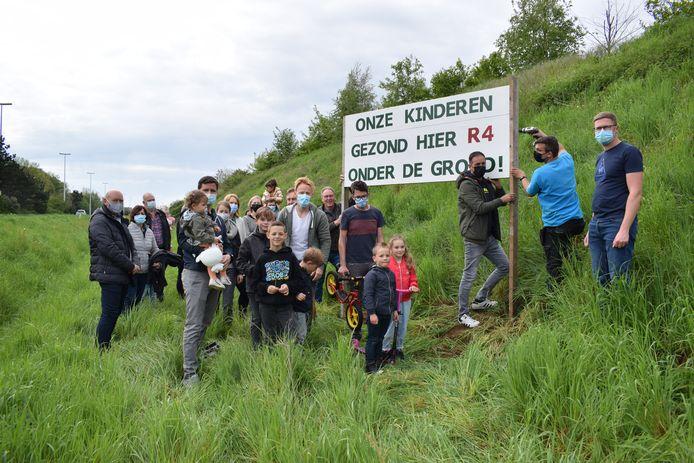 Het protest tegen de omvorming van de R4-Oost in Zelzate blijft groeien. Donderdag plaatsten de inwoners van de wijk Molenstukken een groot bord langs de R4 met de boodschap 'Onze kinderen gezond, hier R4 onder de grond'.