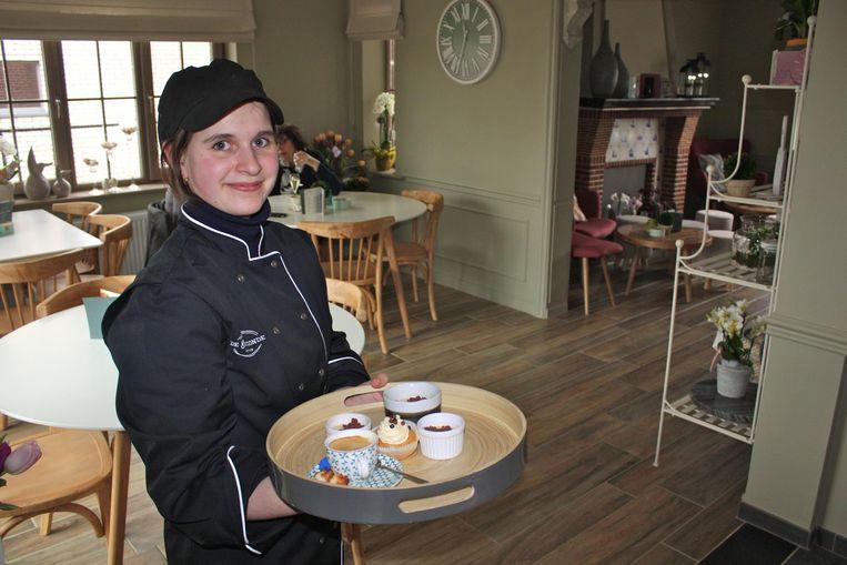 Evelien Geerts serveert in 'De 8ste zonde' koffie en gebak, maar ook kleine snacks.