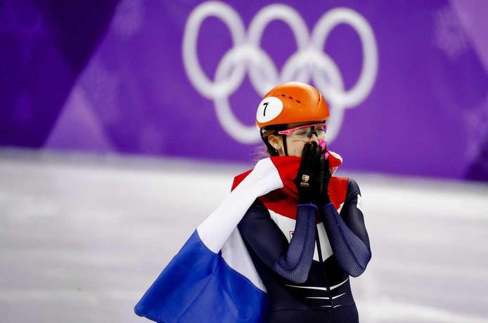 Suzanne Schulting kan het niet geloven dat ze goud heeft gewonnen.