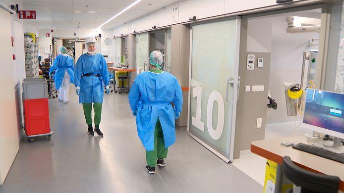 Verpleegkundigen zijn dag en nacht in de weer op de afdeling intensieve zorg van ZNA Middelheim.