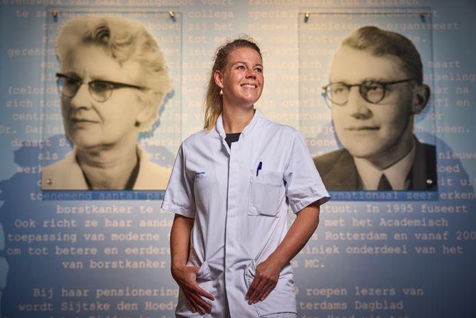 Caroline den Hoed met achter zich haar oma Sijtske en opa Daniel, die samen pioniers waren in de kankerzorg in Rotterdam.