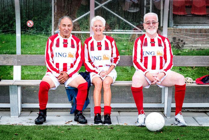 Senioren tijdens een voetbalwedstrijd voor 60-plussers in Nieuwegein. Voor veel verenigingen, ook in Salland, is het echter lastig om nog voldoende vrijwilligers te vinden voor vergrijzende verenigingen.