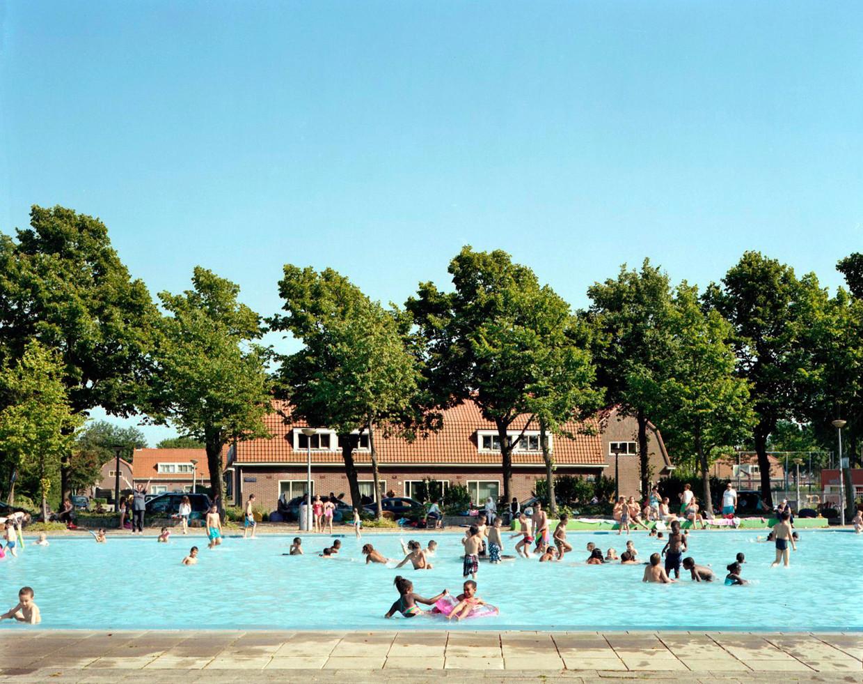 In Pierenbad Noord aan het Plejadenplein spetteren de jongste wijkbewoners zodra de zon doorbreekt.