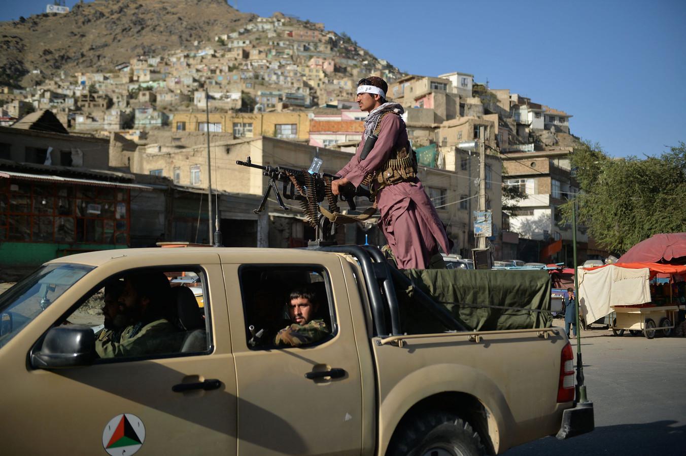 Taliban-strijders patrouilleren in de straten van Kaboel.