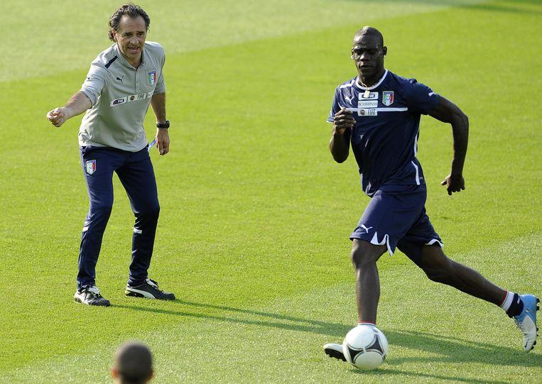Cesare Prandelli, hier met Mario Balotelli, was van 2010 tot 2014 bondscoach van Italië.