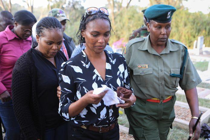 Sarah Wairimu Kamotho dept, terwijl ze wordt weggeleid door gevangenispersoneel,  haar ogen met een witte zakdoek.