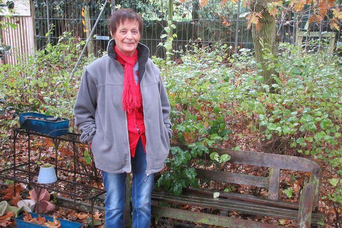Germain Aerts bij het bankje waar haar man altijd zat wanneer hij de kippen voederde.