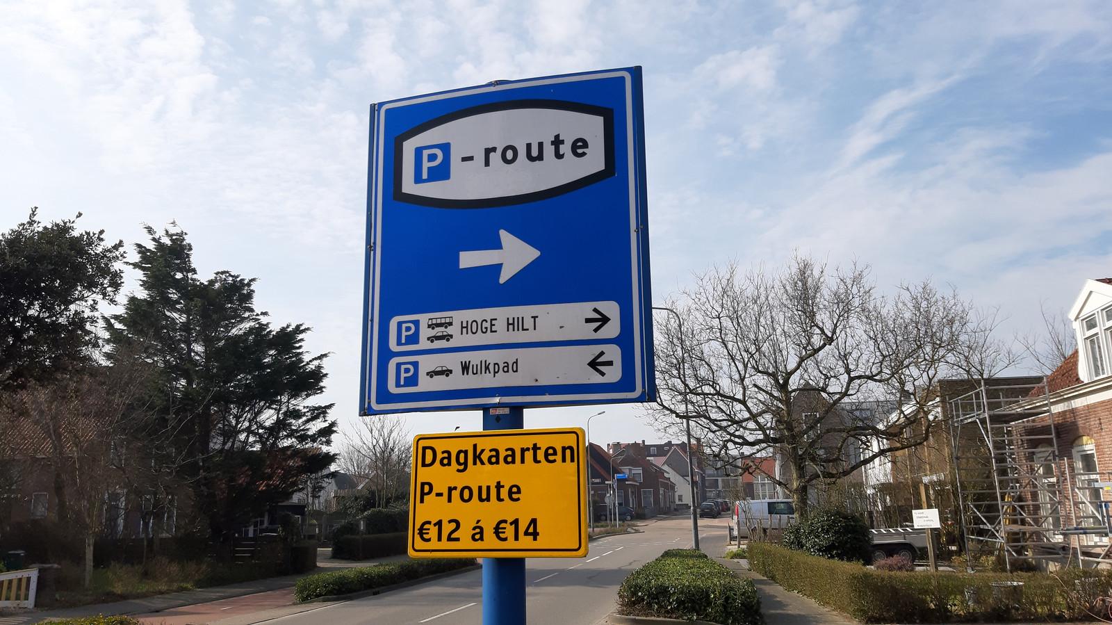 Tot april moest er niet betaald worden om te parkeren in Zoutelande. Nu moet er 12 of 14 euro betaald worden om aan de rand van het dorp de auto neer te zetten.