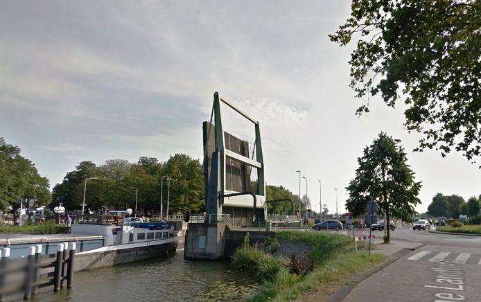 De Korte Brug is open en auto's blijven ervoor staan. Eigenlijk moeten ze de rotonde rondrijden via de Hoge Brug naar de binnenstad rijden.