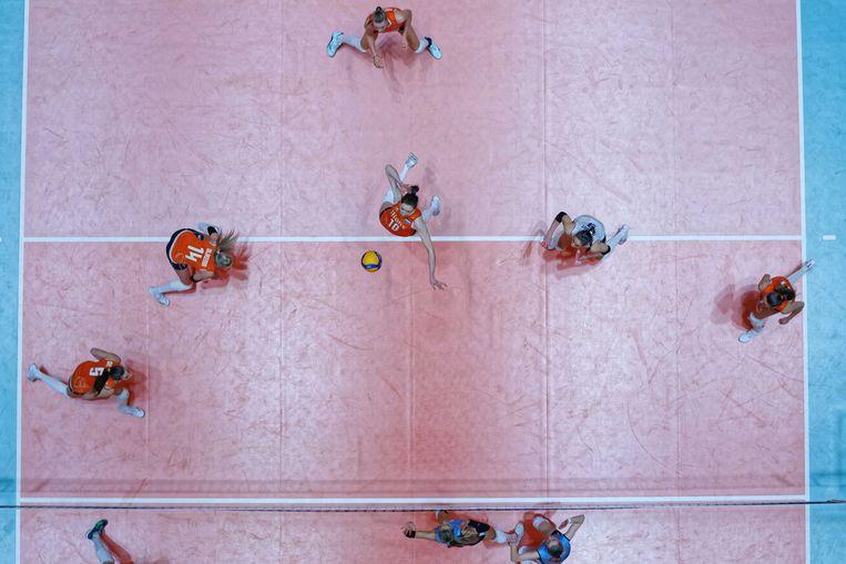 Lonneke Sloetjes (M) slaat de bal onhoudbaar voor het Azerbeidzjaanse blok tijdens het olympisch kwalificatietoernooi. Beeld ANP
