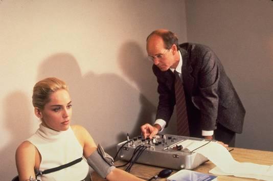 Sharon Stone wordt met behulp van een polygraaf ondervraagd in de film Basic Instinct