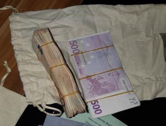 In de onderbroek van de man vond de politie een flink pak geld.