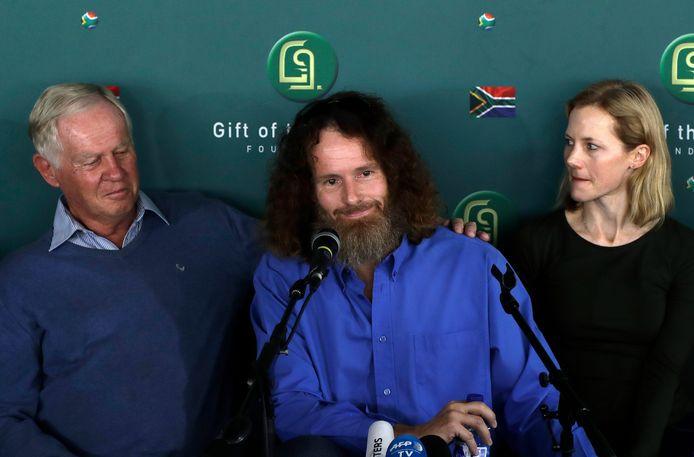 Stephen McGown (m) met zijn vader Malcolm (l) en zijn echtgenote Catherine tijdens een persconferentie in Johannesburg na zijn vrijlating door Al Qaeda, in augustus 2017.