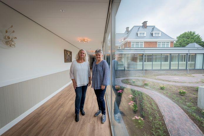 """Alie van den Brink (links) en Henriette Lansink van Villa de Maere. Lansink: """"We willen iedereen goed kennen. Gaan ook op huisbezoek voordat iemand hier komt wonen."""""""