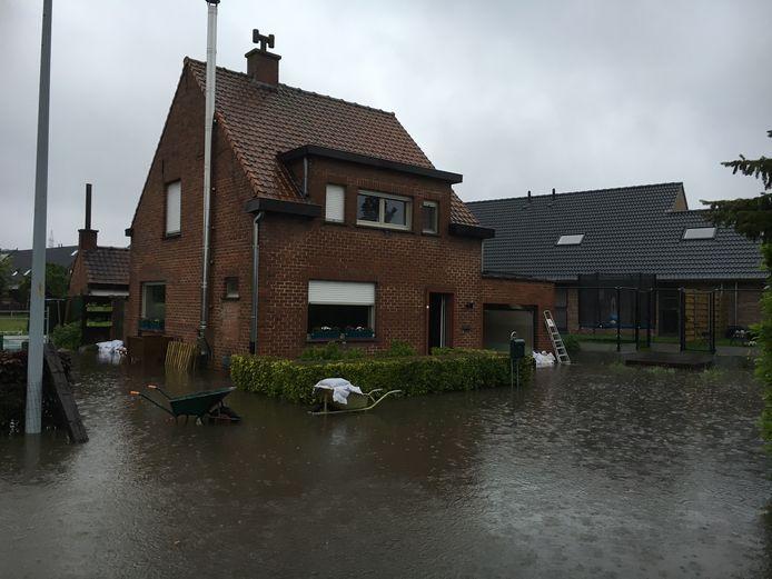 Wateroverlast in de Schaapbruggestraat in 2016.