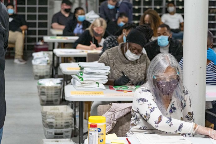 Verkiezingsmedewerker tellen openieuw de stemmen in Gwinnet County, Georgia. (16/08/2020)