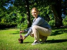 Michella (16) is dolgelukkig met eerste gratis boom van Den Haag