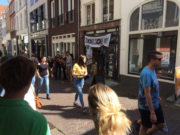 Het optreden van de band Dandelion voor de zaak van Plato in de Lange Bisschopstraat, afgelopen zaterdag tijdens Record Store Day.