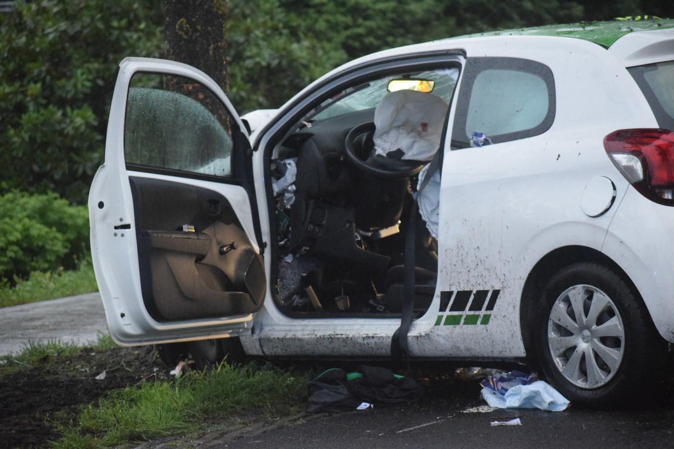 De zwaarbeschadigde auto in Willemsoord.