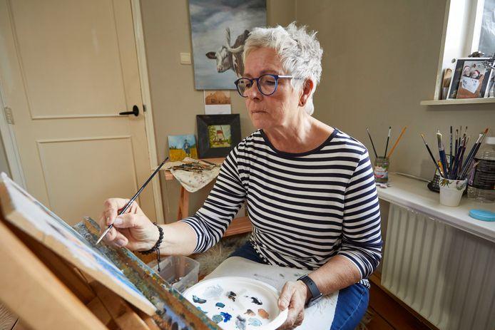 Anny Rensink werkt aan een schilderijenexpositie over personages uit novellen van de schrijver Daniël Martinus Maaldrink. ,,Toen ik eenmaal wist waar Maaldrinks werk over ging, was ik meteen gefascineerd.''